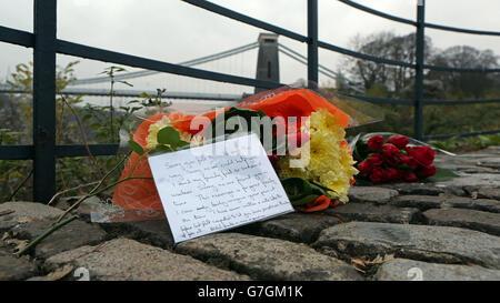 Fleurs près du pont suspendu de Clifton à Bristol, où il a été annoncé que la découverte des deux corps près de la gorge d'Avon sont de la mère manquante Charlotte Bevan et de son nouveau-né fille Zaani Tiana Bevan Malbrouck.