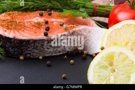 Poisson rouge steak aux épices sur une plaque en ardoise. Banque D'Images