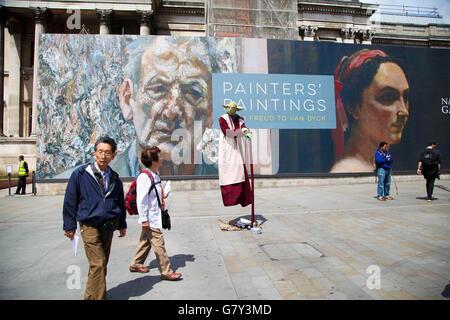 Trafalgar Square, Londres 27 juin 2016 - Les touristes passe par un crédit statue vivante: Dinendra Haria/Alamy Banque D'Images