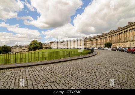 Bath, Royaume-Uni - 15 août 2015: le célèbre Royal Crescent à Bath. Journée ensoleillée avec ciel bleu et nuages Banque D'Images