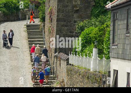 Les gens à monter et marcher sur un chemin escarpé dans la région de Penzance, Cornwall. Banque D'Images