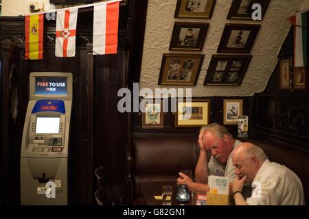 Bénéficiant d''un verre au bar Horse Shoe, Glasgow, Ecosse, Royaume-Uni.