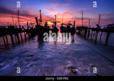 Bateaux de pêche amarré à la jetée, Thaïlande