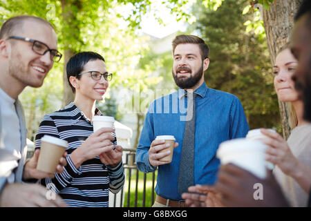 Avoir un verre et discuter de stratégies d'affaires à l'extérieur Banque D'Images