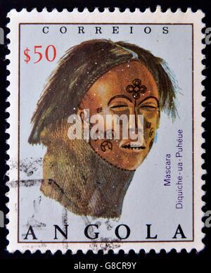 ANGOLA - circa 1976: timbre imprimé en Angola montre masque cuir avec décor peint, vers 1976 Banque D'Images