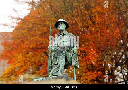Un soldat de la Grande Guerre sur le Monument commémoratif de guerre à Shildon, dans le comté de Durham, sur fond d'arbres de couleur automnale, alors que la nation se prépare à se souvenir de ses militaires tombés avec les services du souvenir qui se tiendront dans tout le Royaume-Uni au cours des prochains jours.