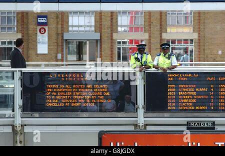 Des agents de soutien communautaire de la police des transports britannique surveillent la gare de Liverpool Street Banque D'Images