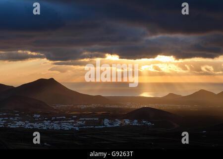 Coucher de soleil sur Yaiza Lanzarote Iles Canaries Banque D'Images