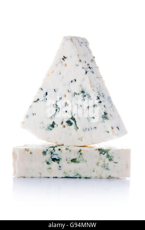 Portions de Fromage bleu isolé sur fond blanc Banque D'Images