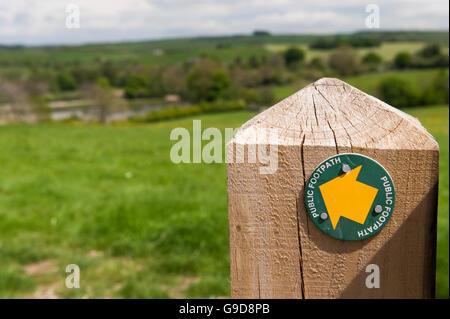 Sentier Public indicateur sur une porte de ferme en poste dans la forêt de Bowland, Lancashire. Banque D'Images