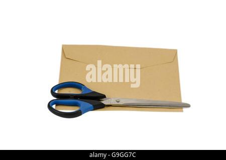 Ciseaux et enveloppe isolated on white