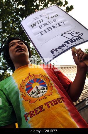 Un homme protestant contre l'occupation chinoise du Tibet se tient devant Downing Street à Londres, avant la rencontre du Premier ministre britannique Tony Blair et du Premier ministre chinois Wen Jiabao.
