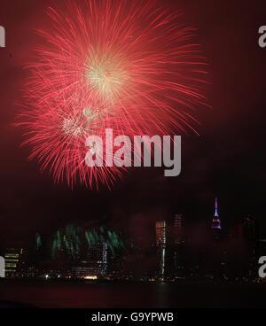New York, USA. 4 juillet, 2016. D'artifice sont vus au cours de l'East River, au cours de la Macy's 4 juillet 2016 Banque D'Images