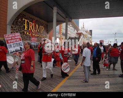 Atlantic City, New Jersey, USA. 4 juillet, 2016. Grève des travailleurs, marchant dans les lignes de piquetage et Banque D'Images