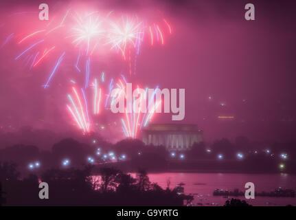 Washington, DC, USA. 4 juillet, 2016. Photo prise le 4 juillet 2016 montre d'artifice au-dessus Lincoln Memorial Banque D'Images