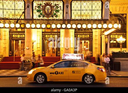 Yellow Cab, garée en face de l'hôtel Plaza, 5e Avenue, New York City, New York, USA Banque D'Images