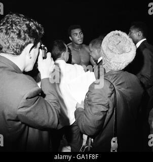 Muhammad Ali (c) quitte le ring après avoir démolié Brian London Dans le troisième tour de retenir le Championnat du monde de poids lourd