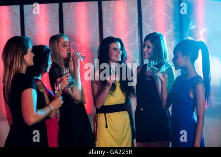 Group of smiling friends having verre de champagne Banque D'Images