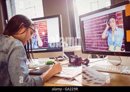 Graphic Designer travaillant au bureau