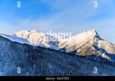 Vue sur la montagne Giewont en lumière tôt le matin après le lever du soleil dans les montagnes Tatras, Pologne Banque D'Images