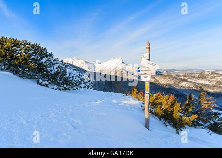 Inscrivez-vous sur sentier pédestre et vue sur la montagne Giewont en lumière tôt le matin après le lever du soleil Banque D'Images