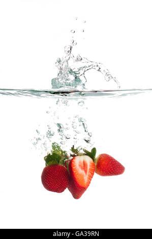 Strawberry Splash dans l'eau isolé sur fond blanc Banque D'Images