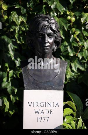 Une statue de l'ancien player Virginia Wade hors centre court sur sept jours du tournoi de Wimbledon à l'All England Banque D'Images