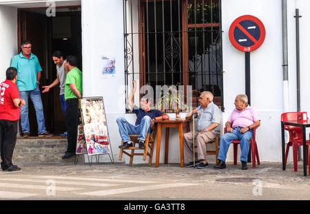 Les hommes du village Grazalema avoir conversation en face du bar de terrasse. L'Andalousie, espagne.