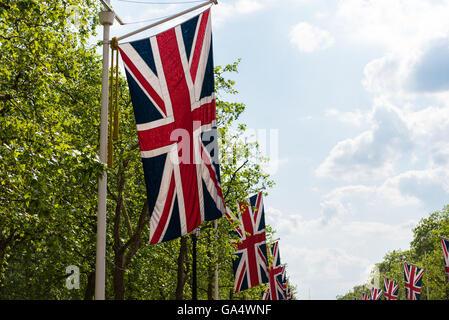 Drapeaux Union Jack du Royaume-Uni qui tapissent le Mall à Londres Banque D'Images
