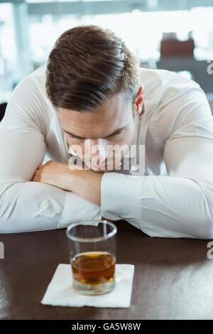 L'homme déprimé à verre d'alcool à Banque D'Images