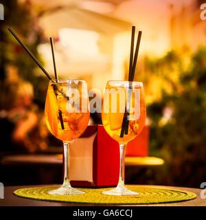 Aperol Spritz Cocktail. Boisson alcoolisée basée sur la table avec des cubes de glace et des oranges. Banque D'Images