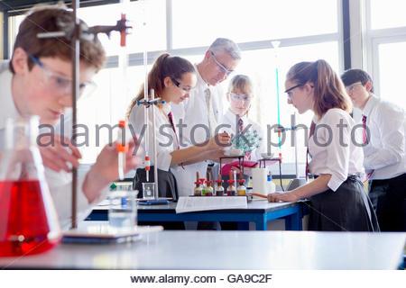 Professeur de chimie de l'école directeurs élèves faisant des expérience scientifique Banque D'Images