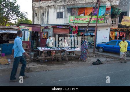 Les boutiques et étals de poissons à Pune, Maharashtra, Inde Banque D'Images