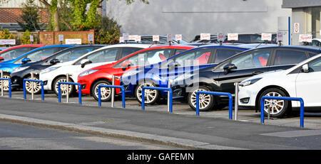 Votre affichage des voitures utilisées à vendre sur le parvis principal concessionnaire Ford car showroom Banque D'Images