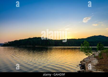 Un incroyable coucher de soleil colorés plus Cave Run Lake dans la forêt nationale Daniel Boone. Capturé à Windy Banque D'Images
