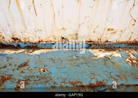 Vieille poutre métallique bleu décrépite avec suppression de couleur orange unique sports rouille et de détérioration Banque D'Images