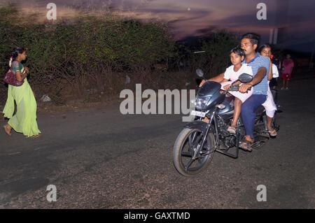 L'homme avec les enfants sur moto en Paud village près de Pune, Maharashtra, Inde. Banque D'Images
