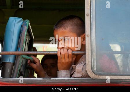 Garçon sur un bus à la pensive dans Paud, près de Pune, Maharashtra, Inde Banque D'Images