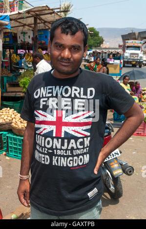 Paud village près de Pune, Maharashtra, Inde. Homme porte un t shirt avec logo motif Union Jack un monde libre Banque D'Images