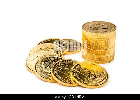 Pile de pièces d'or isolé sur le fond blanc. Banque D'Images