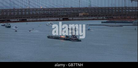 New York, NY USA - 4 juillet 2016: 40e congrès annuel de Macys 4 juillet préparation barge fireworks sur East River Banque D'Images