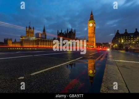 Vue sur le Big Ben de nuit avec quelques sentiers - Londres, Royaume-Uni Banque D'Images