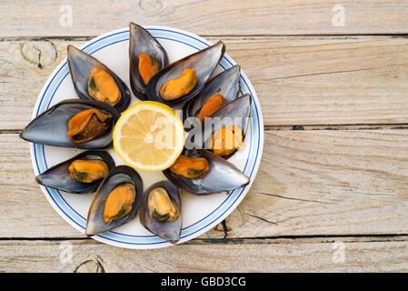 Les moules cuites à la vapeur sur une table en bois. copy space Banque D'Images