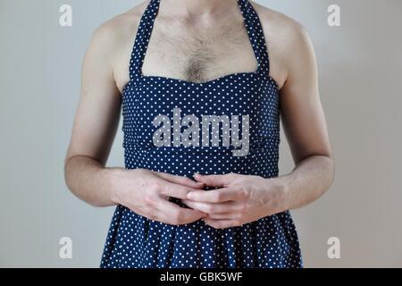 Un gros plan de la poitrine et du buste d'une personne transgenre avec cheveux poitrine portant une robe soleil Banque D'Images