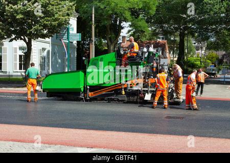 Les travailleurs de la construction pose d'asphalte tarmac tarmacadam Banque D'Images