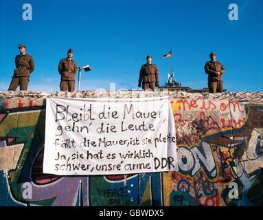Géographie / Voyage, Allemagne, chute du mur de Berlin, soldats debout sur le mur, Berlin, décembre 1989, droits Banque D'Images