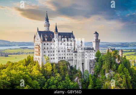 La vue classique du célèbre château de Neuschwanstein, l'un des châteaux les plus visités d'Europe, au coucher du Banque D'Images