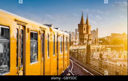 Vue panoramique de la ville historique de Berliner U-Bahn avec célèbre Oberbaum Bridge au coucher du soleil, Berlin Banque D'Images