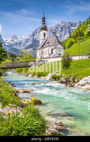 Paysage de montagne pittoresque dans les Alpes bavaroises avec célèbre église paroissiale de Saint Sébastien dans Banque D'Images