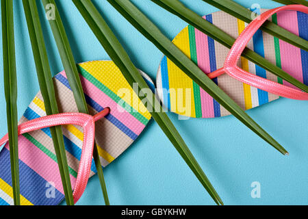 Libre d'une paire de motifs à rayures colorées de volte-face avec bretelles rose et feuille d'un palmier sur un Banque D'Images